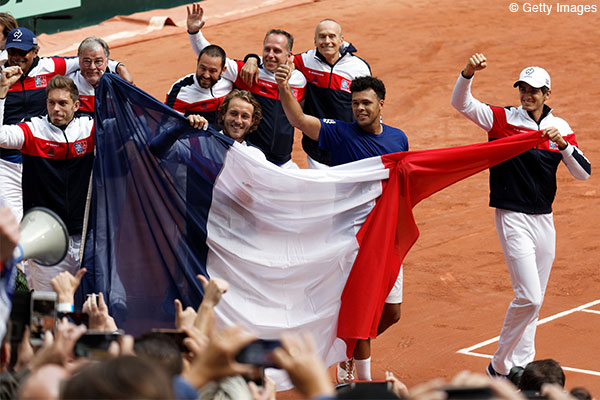 写真はデビスカップ準決勝「フランス対セルビア」戦に勝利したフランス・チーム(写真◎Getty Images) Photo: LILLE, FRANCE - SEPTEMBER 17: France's Jo-Wilfried (3th L) Tsonga celebrates winning his match against Serbia's Dusan Lajovic with team mates during their singles rubber in the Davis Cup World