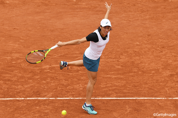 ※写真は昨年の全仏オープンでのフランチェスカ・スキアボーネ Photo:PARIS, FRANCE - MAY 24: Francesca Schiavone of Italy hits a backhand during the Ladies Singles first round match against Kristina Mladenovic of France on day three of the 2016 French Open at Roland Garros on May 24, 201