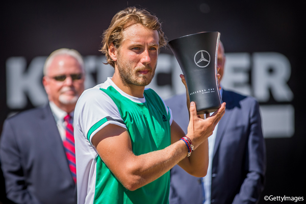 ※写真は「メルセデス・カップ」(ドイツ・シュツットガルト)で今季2勝目を挙げたルカ・プイユ Photo:STUTTGART, GERMANY - JUNE 18: Lucas Pouille of France shows the trophy after the MercedesCup men's singles final between Feliciano Lopez of Spain and Lucas Pouille of France at Tennis Club Weissenhof on