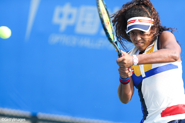 ※写真は「武漢オープン」(中国・武漢)の1回戦で敗れた大坂なおみ Photo:WUHAN, CHINA - SEPTEMBER 25: Naomi Osaka of Japan plays a backhand during the match against Elise Mertens of Belgium on Day 2 of 2017 Dongfeng Motor Wuhan Open at Optics Valley International Tennis Center on Septembe