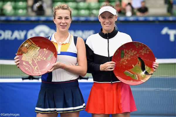 ※写真は「東レPPO」で大会連覇を果たしたカロライン・ウォズニアッキ(右)と準優勝のアナスタシア・パブリウチェンコワ(左) Photo:TOKYO, JAPAN - SEPTEMBER 24: (L-R) Anastasia Pavlyuchenkova of Russia and Caroline Wozniacki of Denmark pose during the trophy presentation after Wozniacki defeated Pavlyuchenkova in the